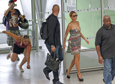 Fans Amp Photogs Go Ape Sh T When They See Beyonce