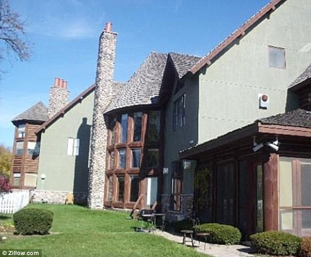 Real estate woes r kelly takes huge loss on tricked out for Big white real estate foreclosure