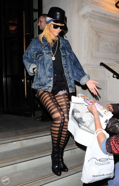 Haute Or Hot A Mess Rihanna S Ripped Pantyhose Fans