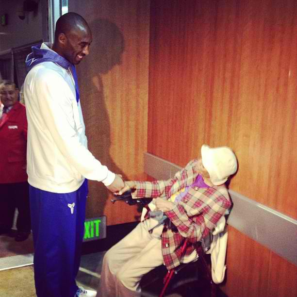 Kobe-Bryant-hanging-out-with-105-year-ol