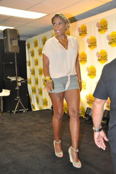 Mary J. Blige Goes Summer Chic x Rocks Short Shorts & Wedges