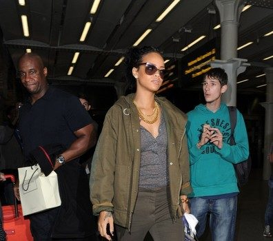 Thug Life : Rihanna Gets Physical With Papz & Overly Eager Fans In Paris