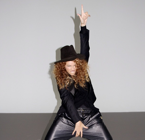 Beyonce Politely Grabs Her Crotch, Shares An Ode to Michael Jackson