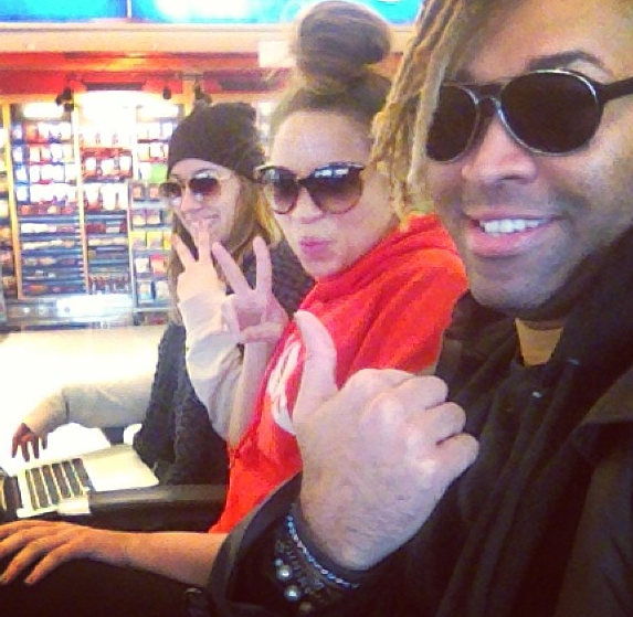 [Photos] Beyonce Forgets Her Make-Up, Breezes Through Airport