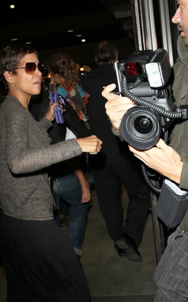 halle-berry-trys- to-get-through-the-airport-the-jasmine-brand (2)