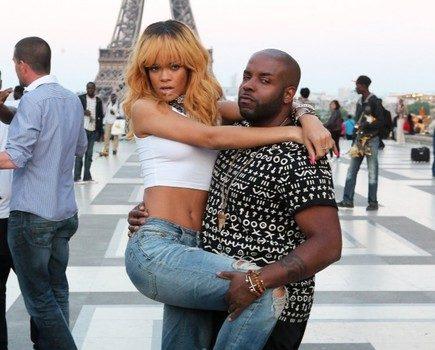 [Photos] Rihanna Plays Tourist At the Eiffel Tower