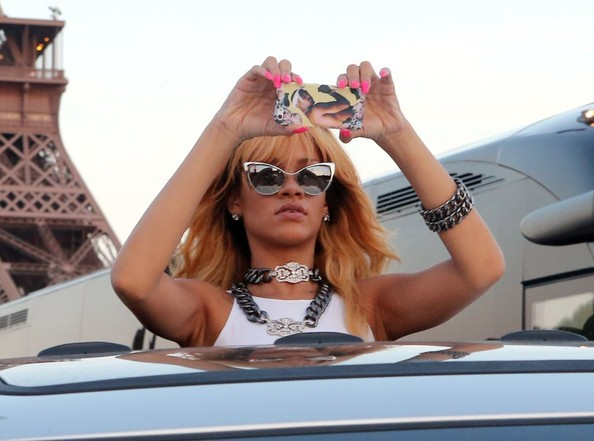 main-Rihanna Takes Touristy Pictures at the Eiffel Tower