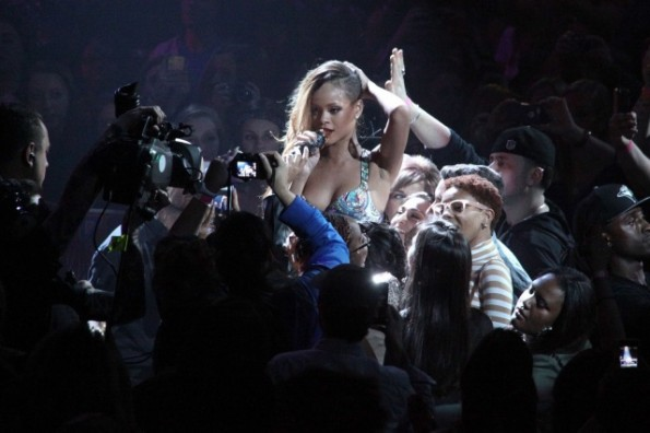 rihanna-hits fan with microphone-diamonds tour-the jasmine brand