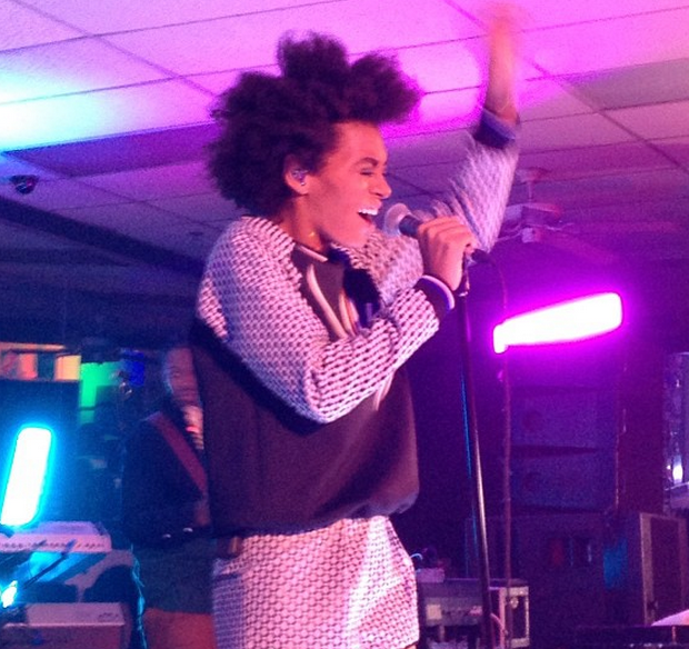 [VIDEO] Solange Knowles Keeps It Clean, Performs Intimate #Uncapped Show At A Brooklyn Laundromat