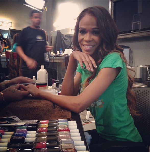 Michelle-Williams-Getting-Her-Nails-Done-The-Jasmine-Brand