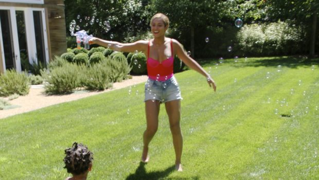 [Photos] Bubbles, Handstands & Cup Cakin': Beyonce Shares More Private Family Moments