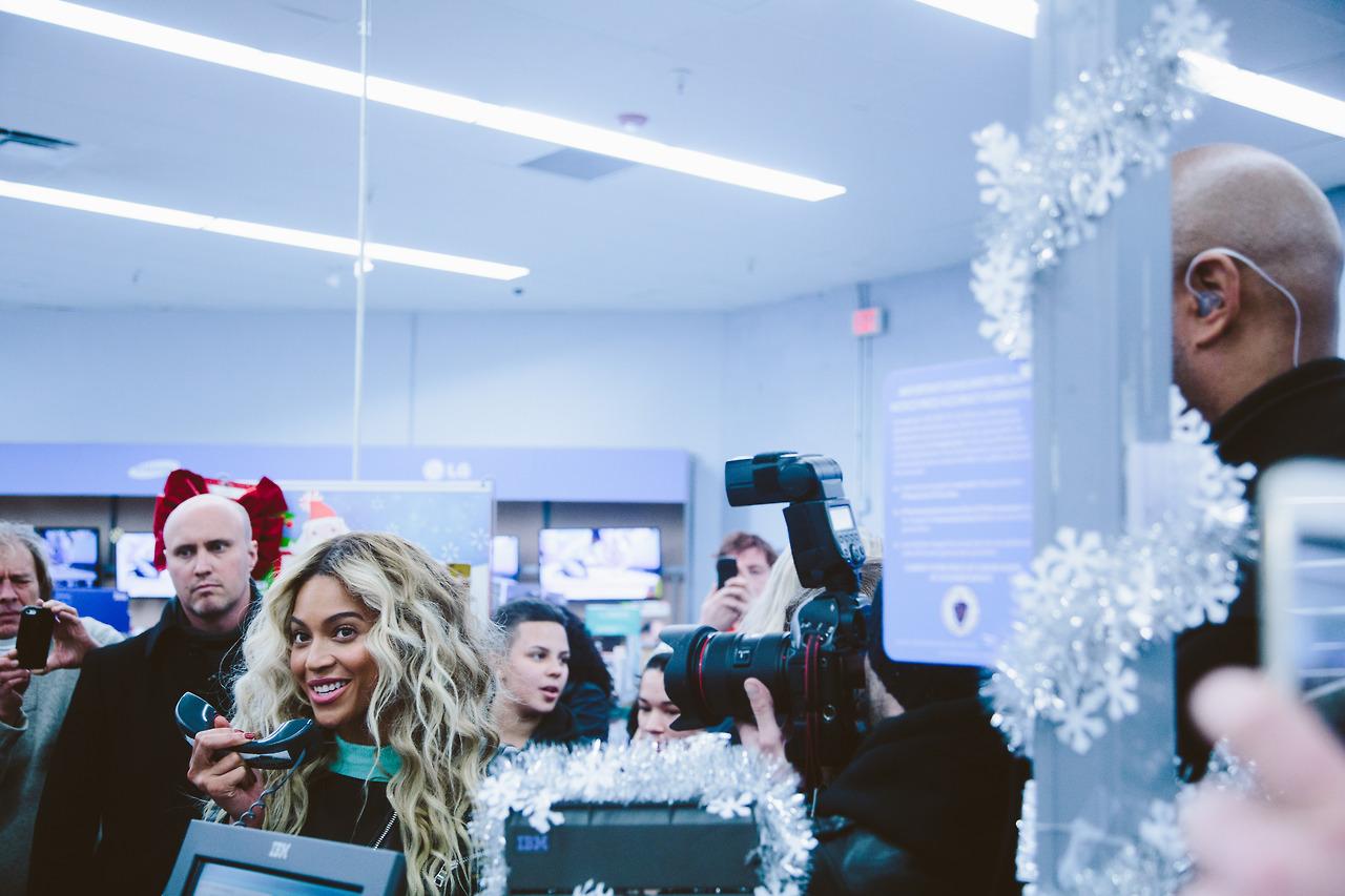 beyonce-visits walmart-boston-gifts shoppers-the jasmine brand