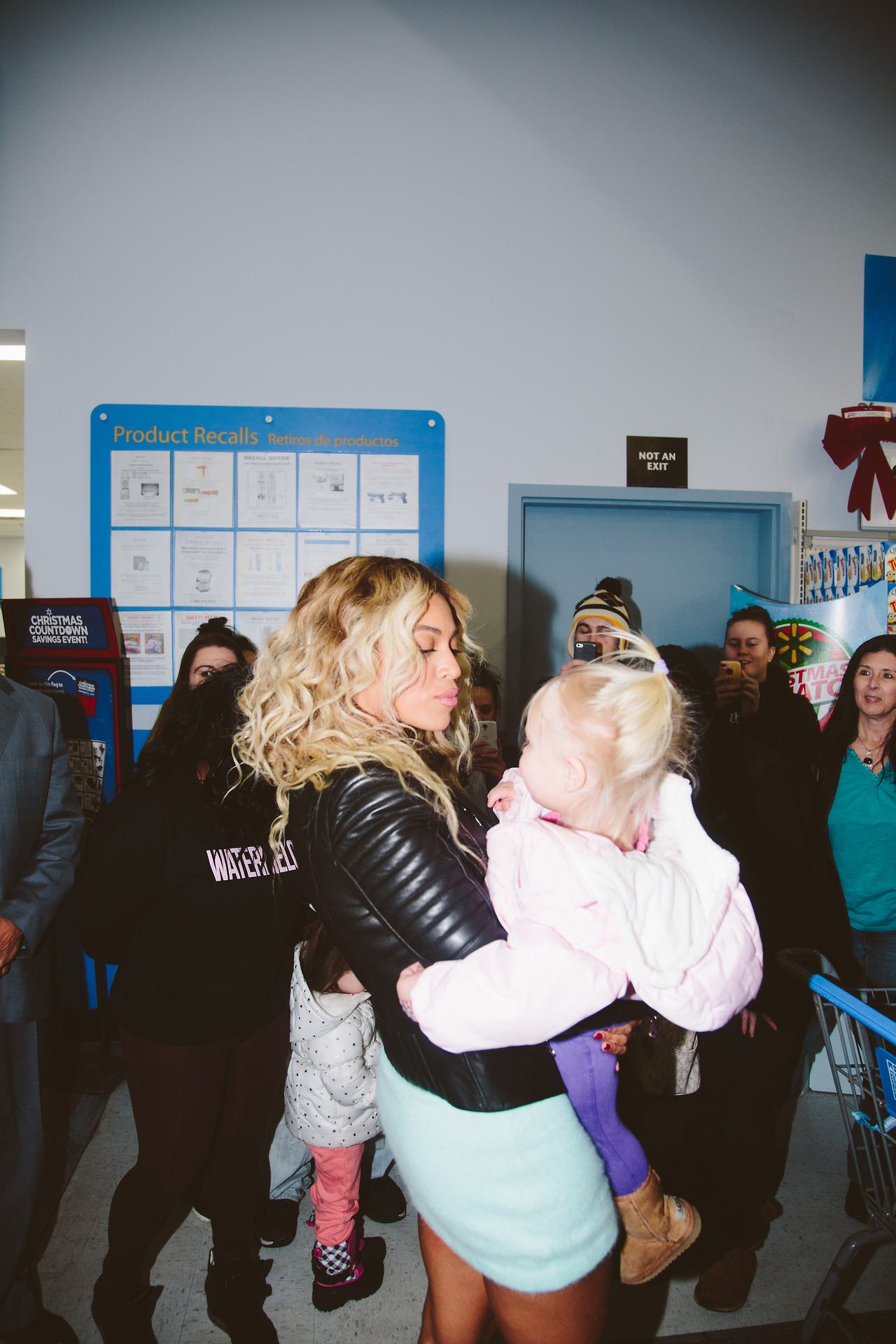 beyonce-visits walmart-gifts shoppers-a-the jasmine brand