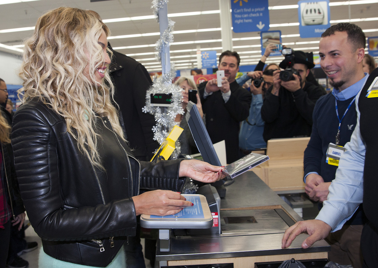 beyonce-visits walmart-gifts shoppers-i-the jasmine brand