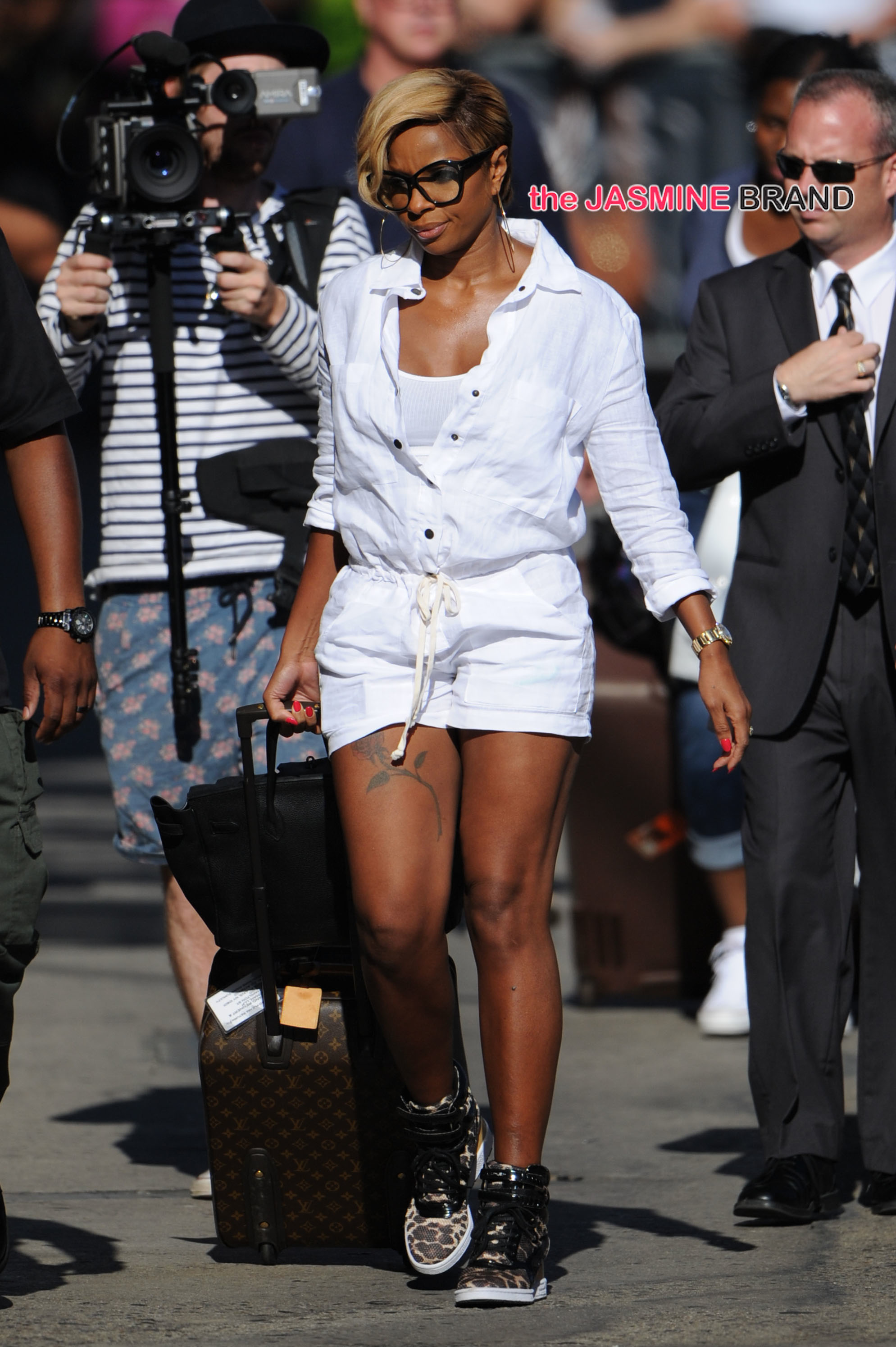 Mary J Blige shows off her legs in an all white outfit in Hollywood!