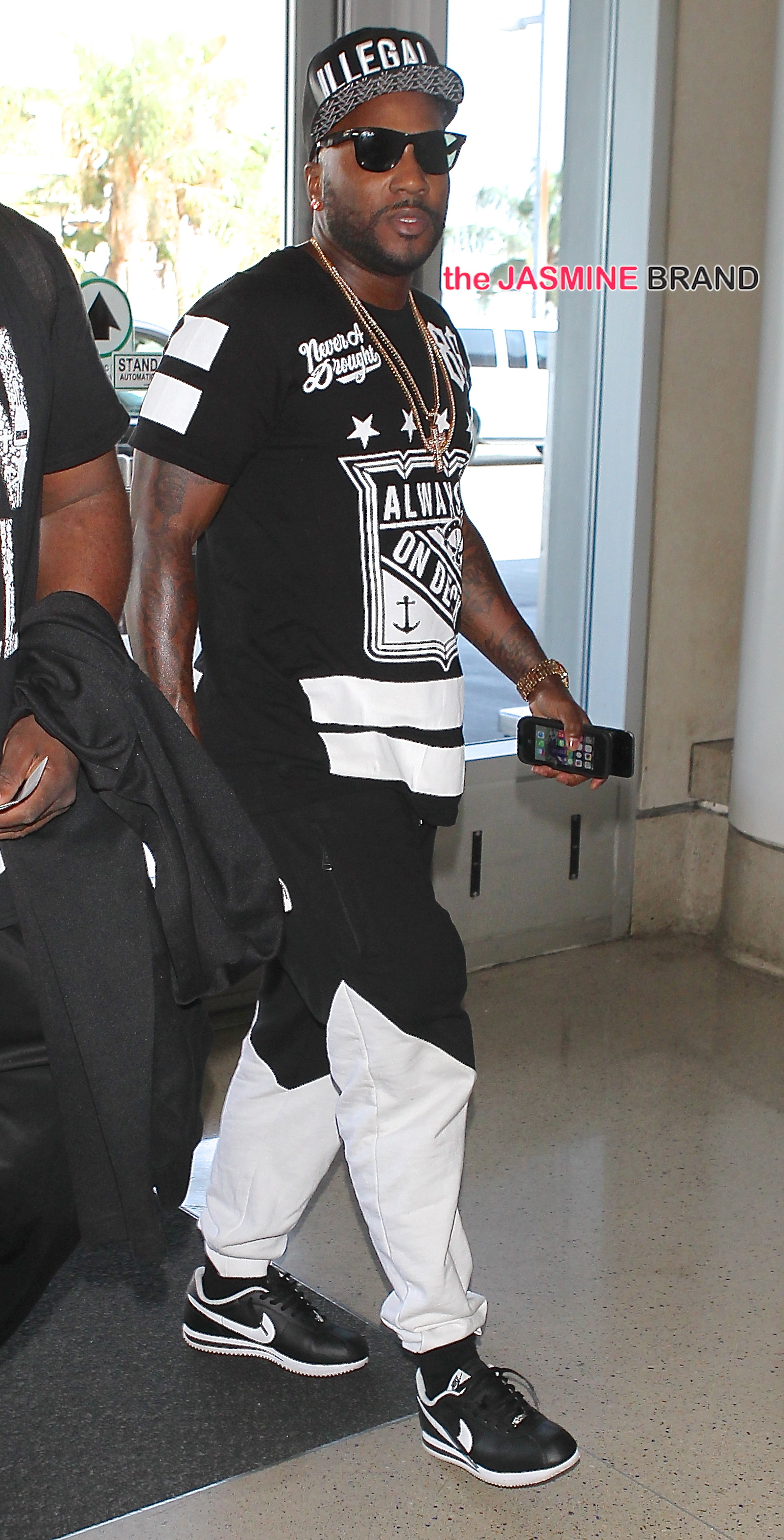 Jeezy arrives for his flight at LAX