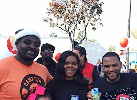Anthony Anderson Feeds 1,500 Families in Compton! [Photos]