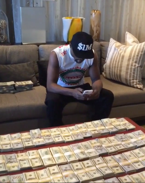 Floyd Mayweather Counts Money, Pens Open Letter About His Success