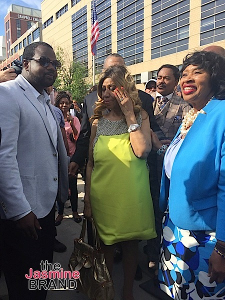 Aretha Franklin In Tears, Has Detroit Street Sign Named After Her