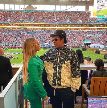 Jay Z & Beyonce Sit During The National Anthem [VIDEO]